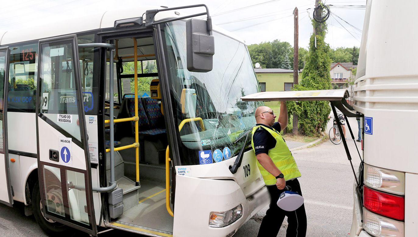 Autobusami podróżowały osoby w różnym wieku. Wśród rannych była m.in. mała dziewczynka (fot. PAP/Andrzej Grygiel)