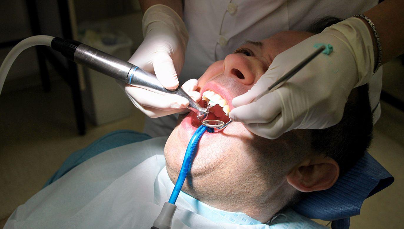 Skorumpowane usługi dentystyczne były warte ok. 30 tys. zł (fot. Shutterstock/Zoran Photographer)