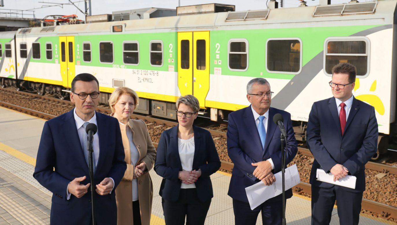 Premier Mateusz Morawiecki (L), minister infrastruktury Andrzej Adamczyk (2P) (fot. PAP/Paweł Supernak)