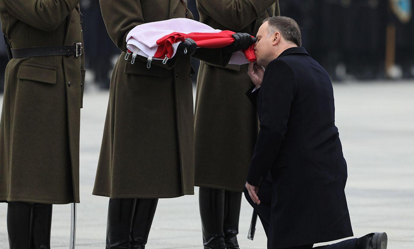 Prezydent RP Andrzej Duda uczestniczy w uroczystej odprawie wart przed Grobem Nieznanego Żołnierza (fot. PAP/Paweł Supernak)