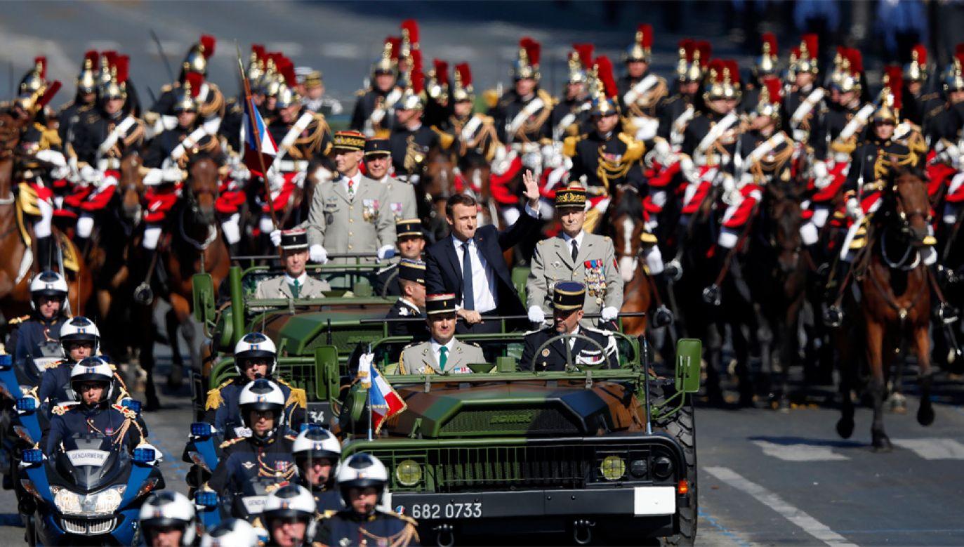Defiladę otworzył prezydent Emmanuel Macron (fot. PAP/EPA/IAN LANGSDON)