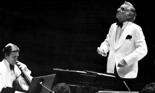 Leonard Berstein dyryguje New York Philharmonic w Boettcher Concert Hall w Denver, 13 czerwca 1979 roku. Widownia wiwatowała na stojąco na cześć kompozytora, muzyki i orkiestry.  Fot. Denver Post via Getty Images