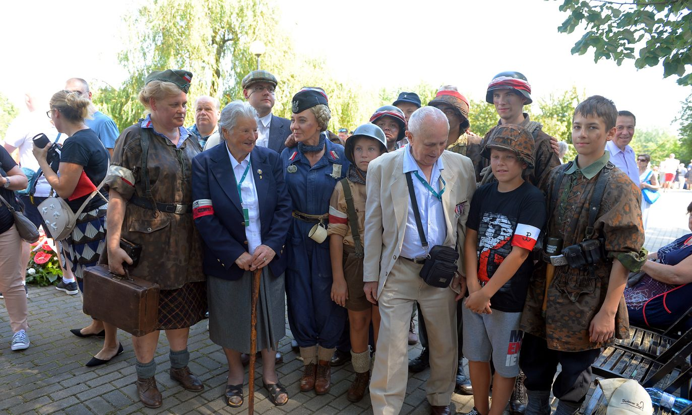 Uczestnicy Marszu Mokotowa doszli pod obelisk poświęcony pamięci powstańców z