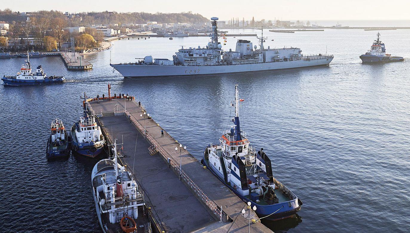Brytyjski okręt HMS Westminster, należący do grupy sześciu okrętów Stałego Zespołu Sił Morskich NATO - SNMG1 (Standing NATO Maritime Group One), wpływa do portu w Gdyni (fot. PAP/Adam Warżawa)