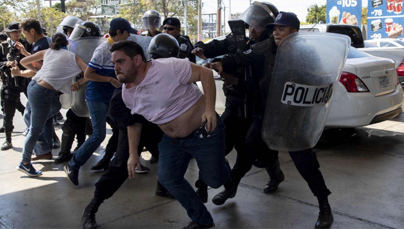 Służby bezpieczeństwa pacyfikują protesty nikaraguańskiej opozycji (fot. PAP/EPA/JORGE TORRES)