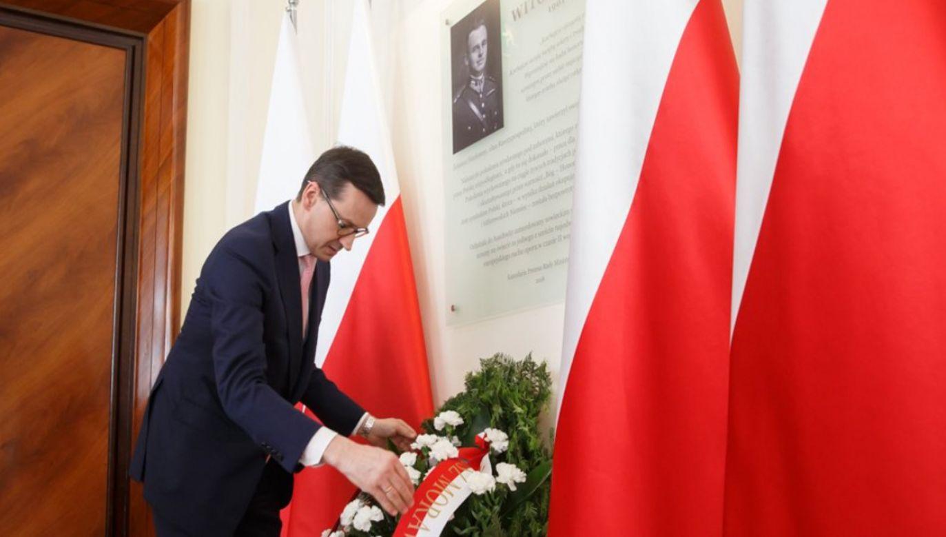W 70. rocznicę śmierci rotmistrza Witolda Pileckiego premier Mateusz Morawiecki złożył wieniec pod tablicą pamiątkową w KPRM(fot. tt/Kancelaria Premiera)