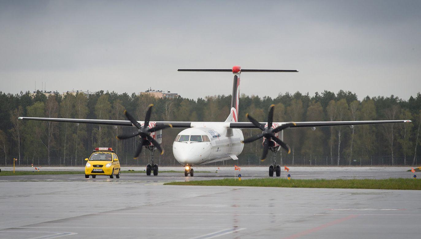 Bombardier Q400 jest samolotem turbośmigłowym. Maszyna może zabrać na pokład na pokład 78 osób (fot. arch. PAP/Tytus Żmijewski)