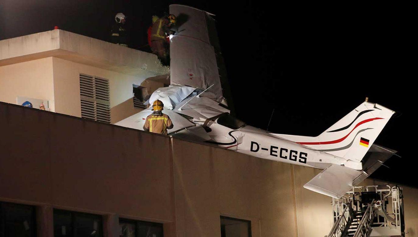 Na miejscu pracuje siedem zespołów straży pożarnej i dźwig (fot. PAP/EPA/ALEJANDRO GARCIA)