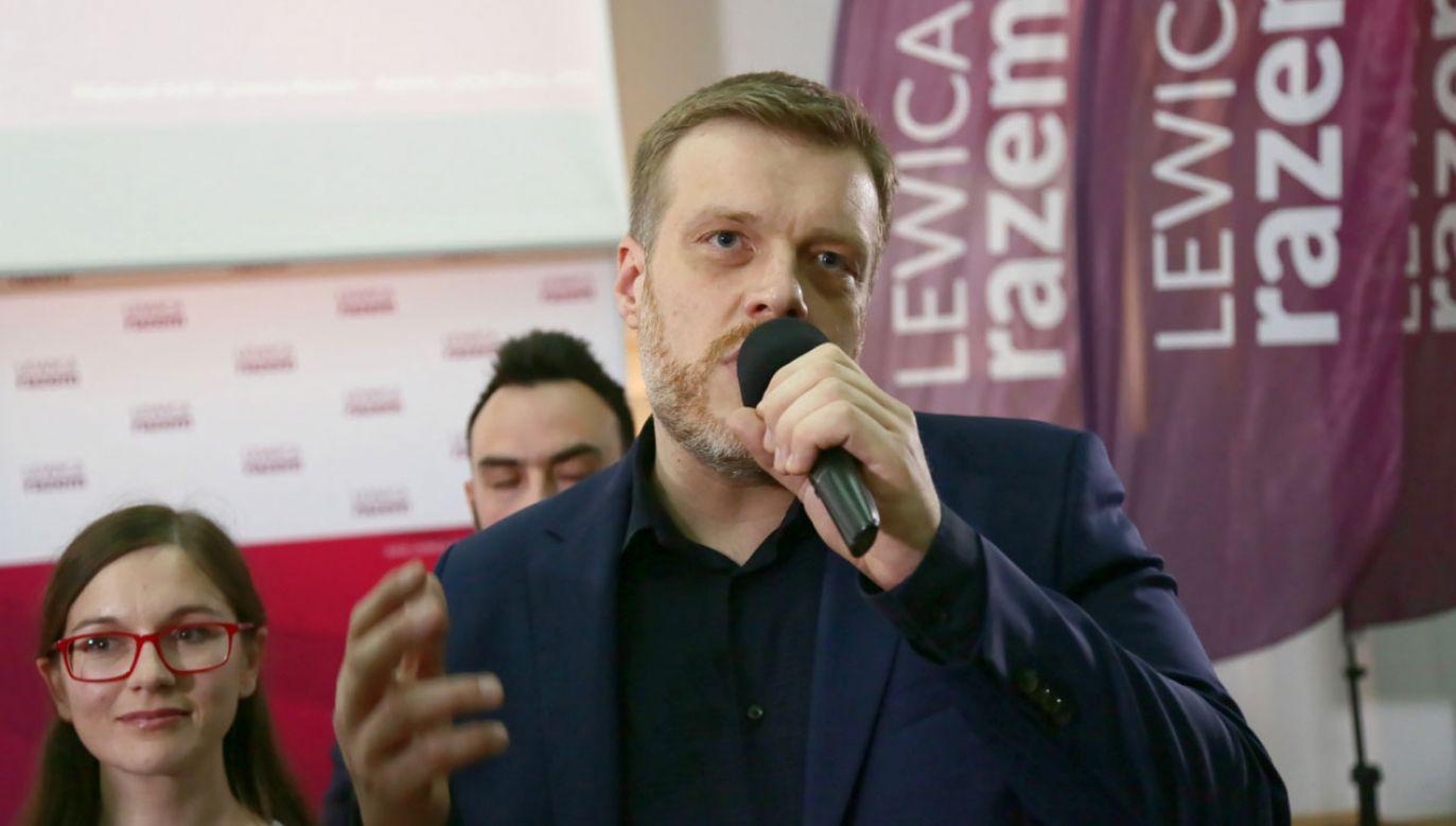 Adrian Zandberg po przedstawieniu sondażowych wyników wyborów do PE (fot. PAP/Wojciech Olkuśnik)