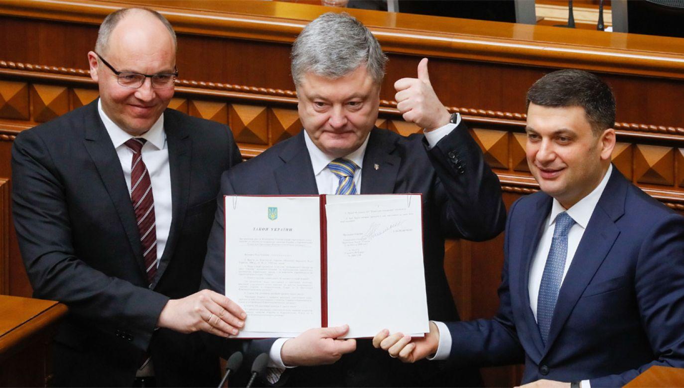 Szef Rady Najwyższej Andrij Parubij, prezydent Petro Poszenko i premier Wołodymyr Hrojsman (fot. PAP/EPA/SERGEY DOLZHENKO)