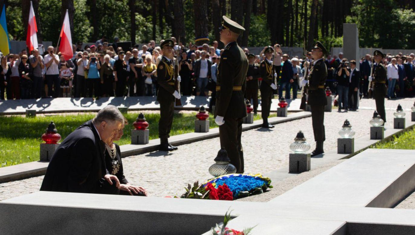 Prezydent Ukrainy ukląkł i przeżegnał się przy kwaterze pomordowanych Polaków (fot. president.gov.ua)