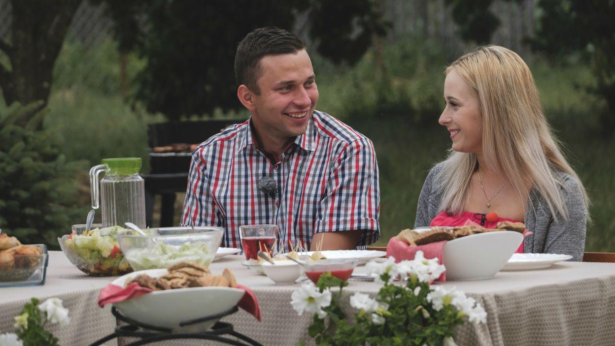Pod wrażeniem Eweliny była także rodzina i znajomi rolnika. – Pasujecie do siebie – zgodnie stwierdzili (fot. TVP)