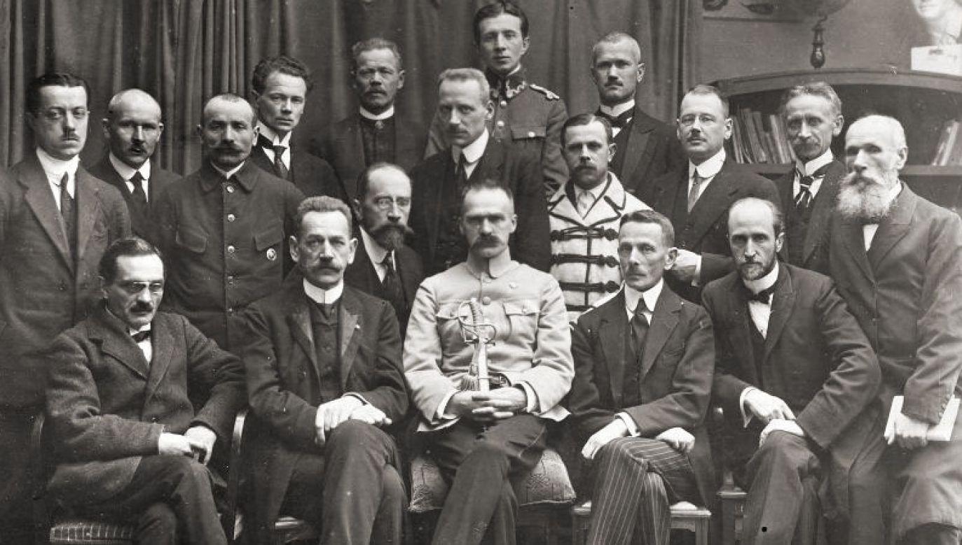 First government of Poland since regaining independence. Sitting, second from the left is Jędrzej Moraczewski with Chief of State Józef Piłsudski on his left. Photo: Wikimedia