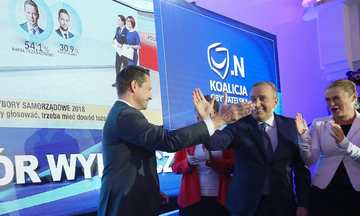 Kandydat Koalicji Obywatelskiej na prezydenta stolicy, poseł PO Rafał Trzaskowski (L) (fot. PAP/Leszek Szymański)