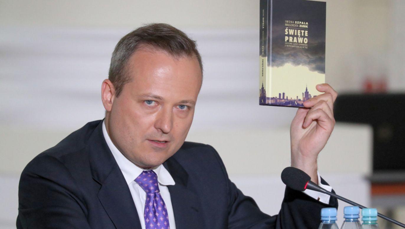 Były burmistrz dzielnicy Śródmieście Wojciech Bartelski pokazał książkę poświęconą reprywatyzacji (fot. PAP/Tomasz Gzell)