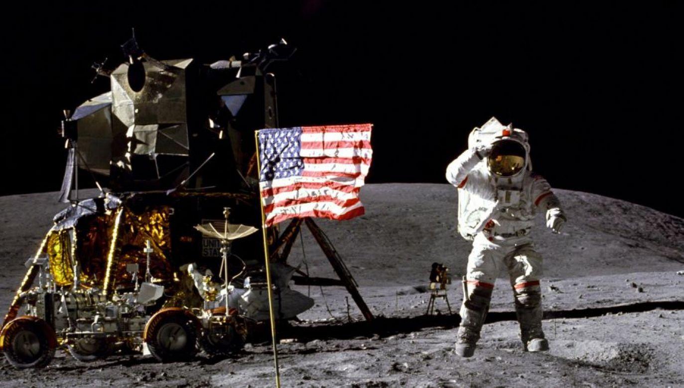 John Young na Księżycu (fot. NASA)