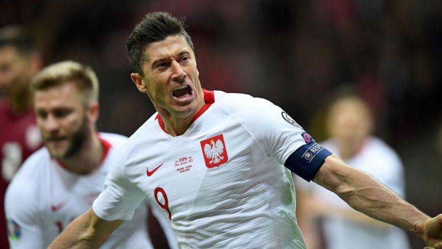Robert Lewandowski cieszy się z gola podczas meczu eliminacyjnego mistrzostw Europy z Łotwą (fot. PAP/Piotr Nowak) )