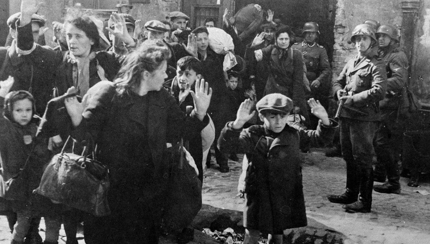 Żydowskie rodziny wyprowadzane przez Niemców po powstaniu w warszawskim getcie w 1943 r. (fot. Roger Viollet Collection/Getty Images)