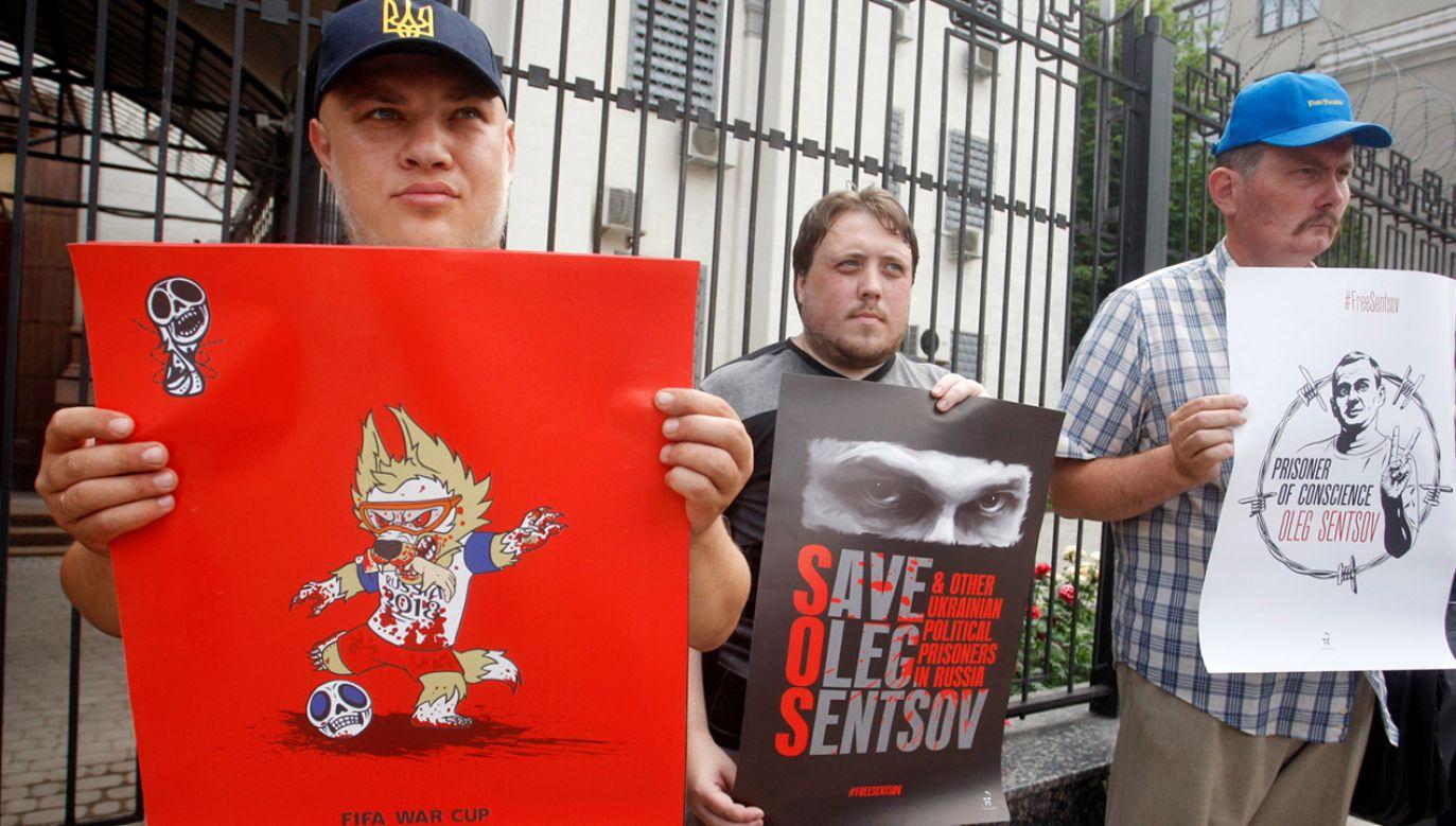 Aktywiści trzymaja plakaty przeciwko organizacji Mistrzostw Świata FIFA 2018 w Rosji i wspierają ukraińskiego reżysera Olega Sentsova (fot. PAP/EPA/STEPAN FRANKO)