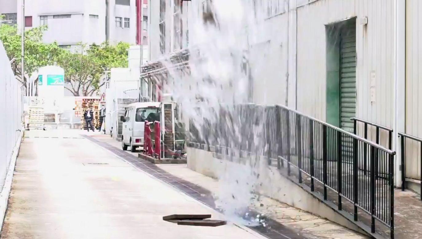 Funkcjonariusze dokonali kontrolowanego wybuchu w studzience kanalizacyjnej (fot. tt/hkpoliceforce)