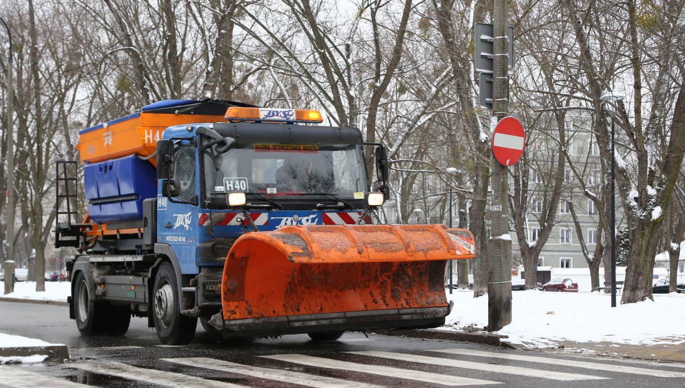 Na ulice Warszawy wyjechały w niedzielę posypywarki (fot. arch PAP/Tomasz Gzell)