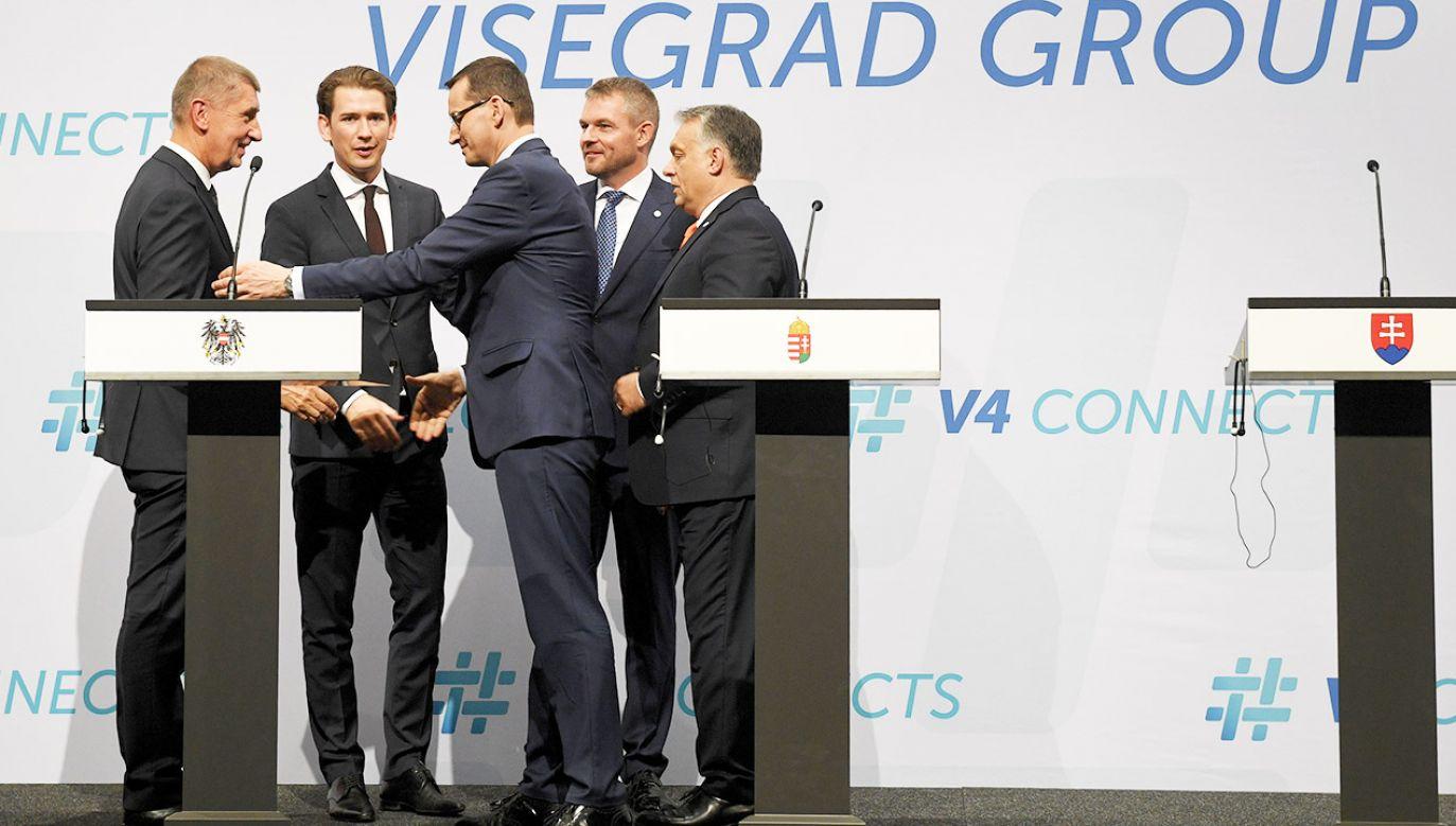 Premier Polski Mateusz Morawiecki (3P), premier Węgier Viktor Orban (P), premier Czech Andrej Babisz (L), premier Słowacji Peter Pellegrini (2P) oraz kanclerz Austrii Sebastian Kurz (2L) podczas konferencji prasowej (fot. PAP/Radek Pietruszka)