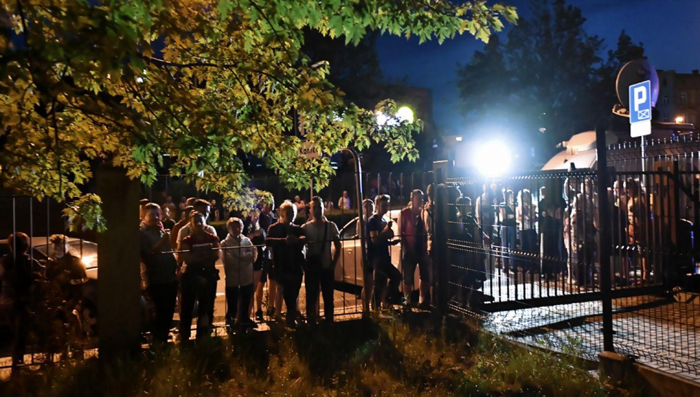 Ludzie zgromadzeni przed prokuraturą w Świdnicy, gdzie odbywało się przesłuchanie mężczyzny zatrzymanego ws. zabójstwa dziewczynki(fot. PAP/Maciej Kulczyński)