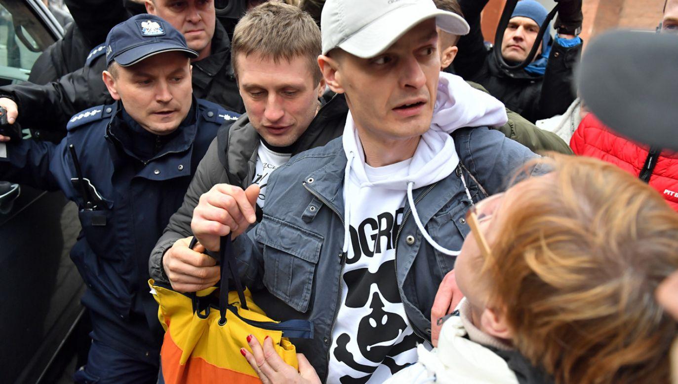 Skazany Tomasz Komenda wychodzi z aresztu śledczego we Wrocławiu (fot. PAP/Maciej Kulczyński)
