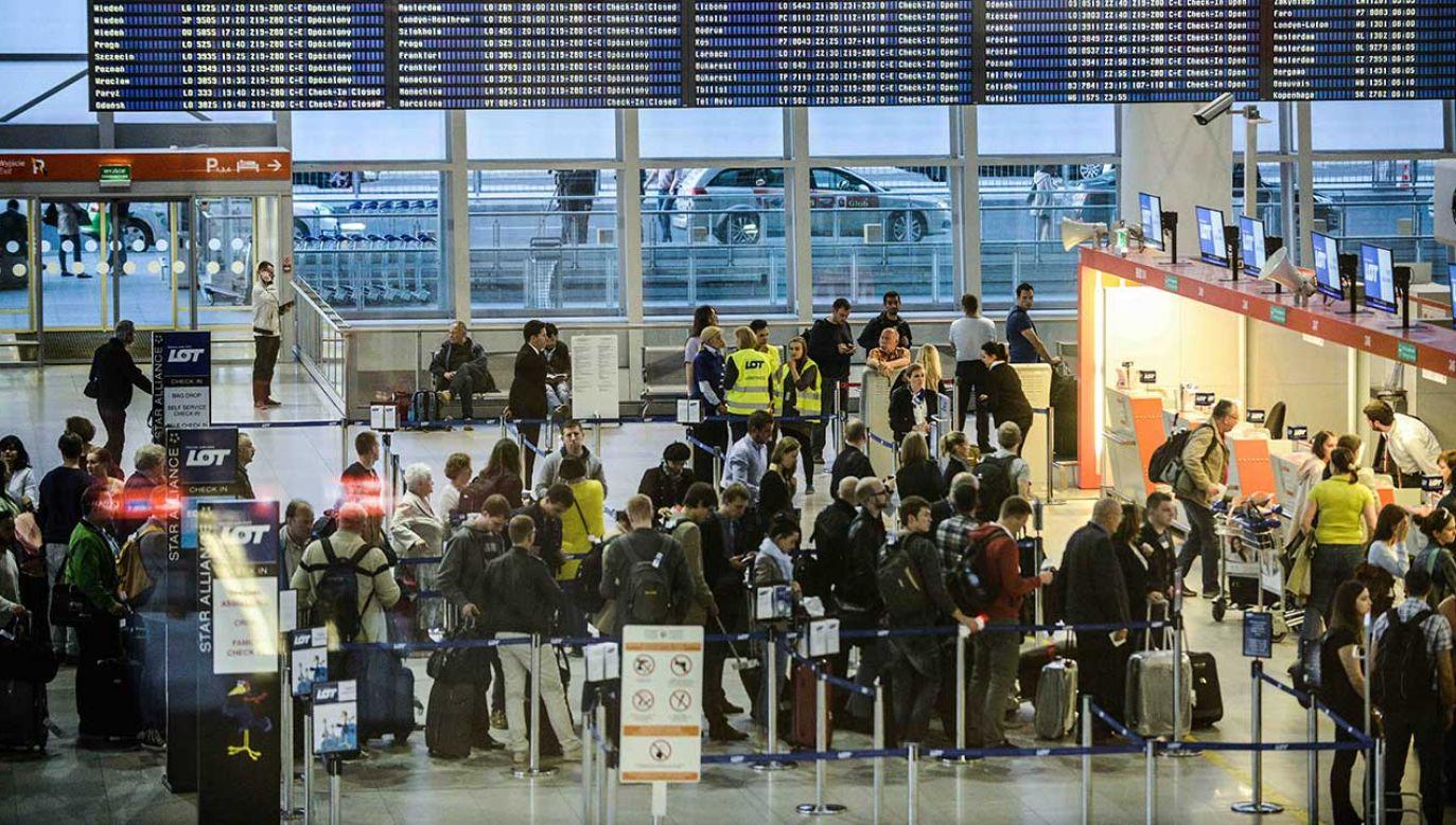 Pasażerowie w kolejkach do odpraw na warszawskim lotnisku Chopina (fot. arch. PAP/Jakub Kamiński)