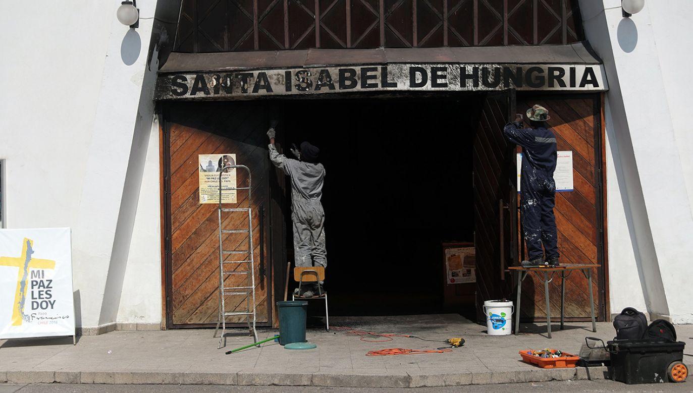 Chilijskie media uważają, że za ostatnimi podpaleniami kościołów stoją radykalne grupy Indian (fot. PAP/EPA/MARIO RUIZ)