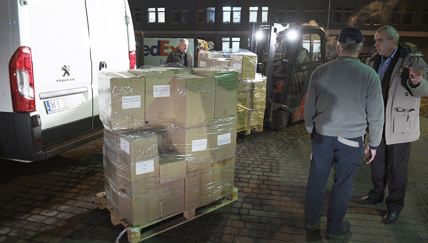 Pakowanie darów dla Polaków na Wschodzie w 2016 r. (fot. arch.PAP/Jacek Turczyk)