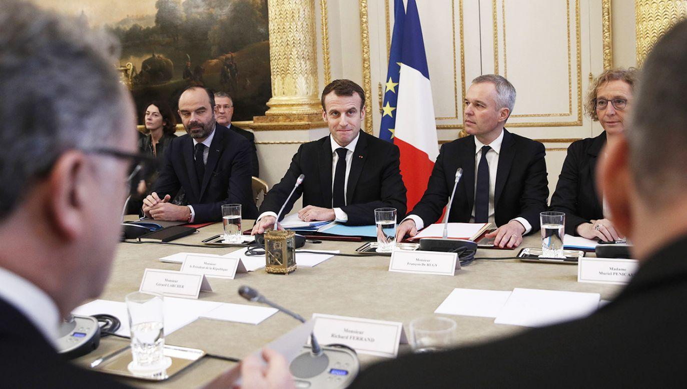 """Czarnecki, przedstawił wniosek dotyczący debaty w sprawie – jak to ujęto – """"kryzysu demokracji we Francji"""" (fot. PAP/EPA/YOAN VALAT / POOL)"""