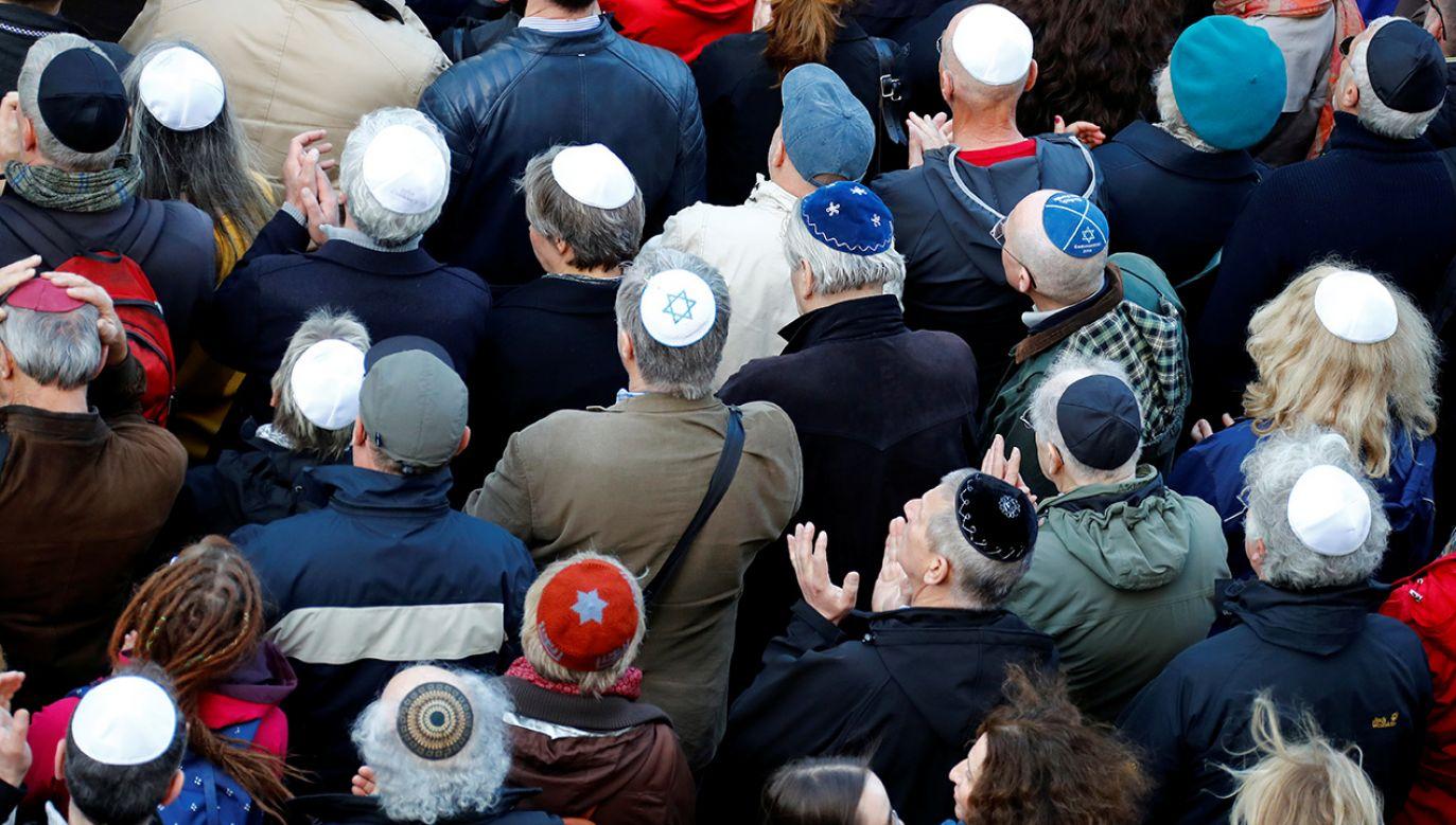 """""""Berlin nosi jarmułkę"""" – Manifestacja solidarności z Żydami w stolicy Niemiec (fot. REUTERS/Fabrizio Bensch)"""