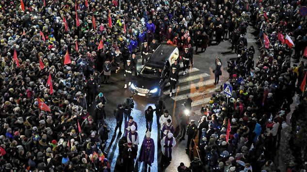 Z Europejskiego Centrum Solidarności w Gdańsku wyruszył kondukt żałobny z trumną z ciałem zamordowanego prezydenta Gdańska Pawła Adamowicza (fot. PAP/Adam Warżawa)
