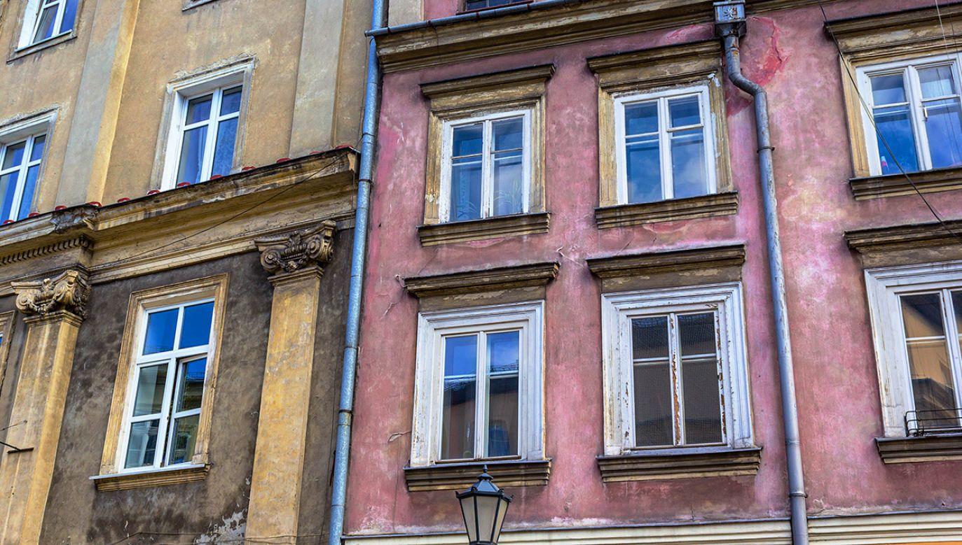 3-latek wypadł z okna na pierwszym piętrze kamienicy (fot. Shutterstock/Julietphotography)
