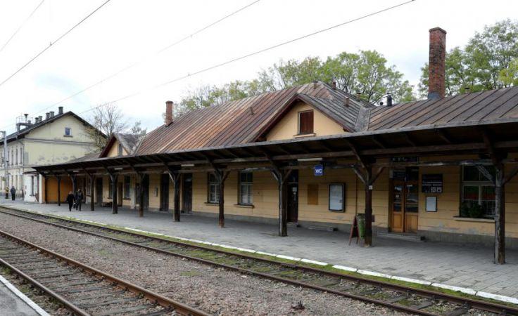 Zakopiański dworzec kolejowy przez wiele lat niszczał, ponieważ PKP SA nie miało pieniędzy na jego remont, a kolejne ekipy rządzące miastem zastanawiały się nad jego modernizacją, fot. PAP Grzegorz Momot