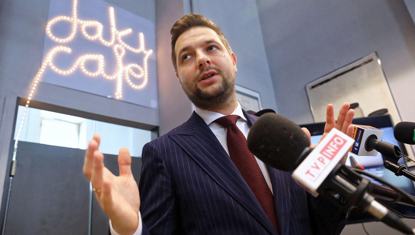 Politykowi towarzyszył raper Piotr Szot HCR, autor i wykonawca piosenki (fot. PAP/Tomasz Gzell)