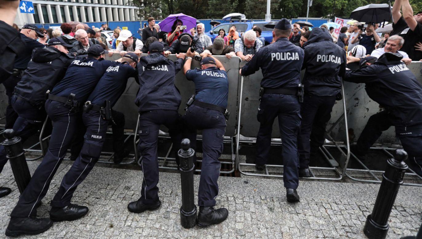 Manifestacja przeciwników reformy sądownictwa  pod Sejmem (fot. PAP/Tomasz Gzell)