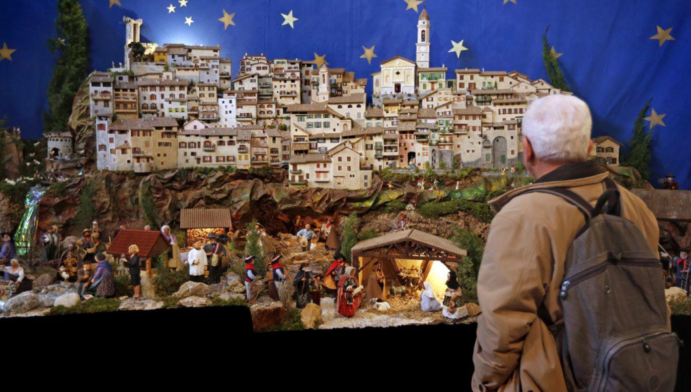 Mężczyzna oglądajacy szopkę bożonarodzeniową w trakcie wystawy w miejscowości Lucéram we Francji (fot. arch PAP / EPA/SEBASTIEN NOGIER)