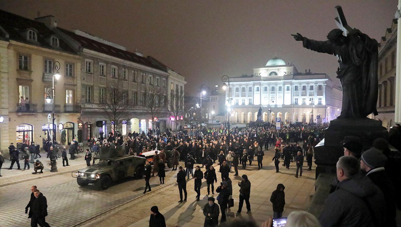 Trumnę z ciałem zmarłego byłego premiera umieszczono na wojskowej lawecie (fot. PAP/Tomasz Gzell)