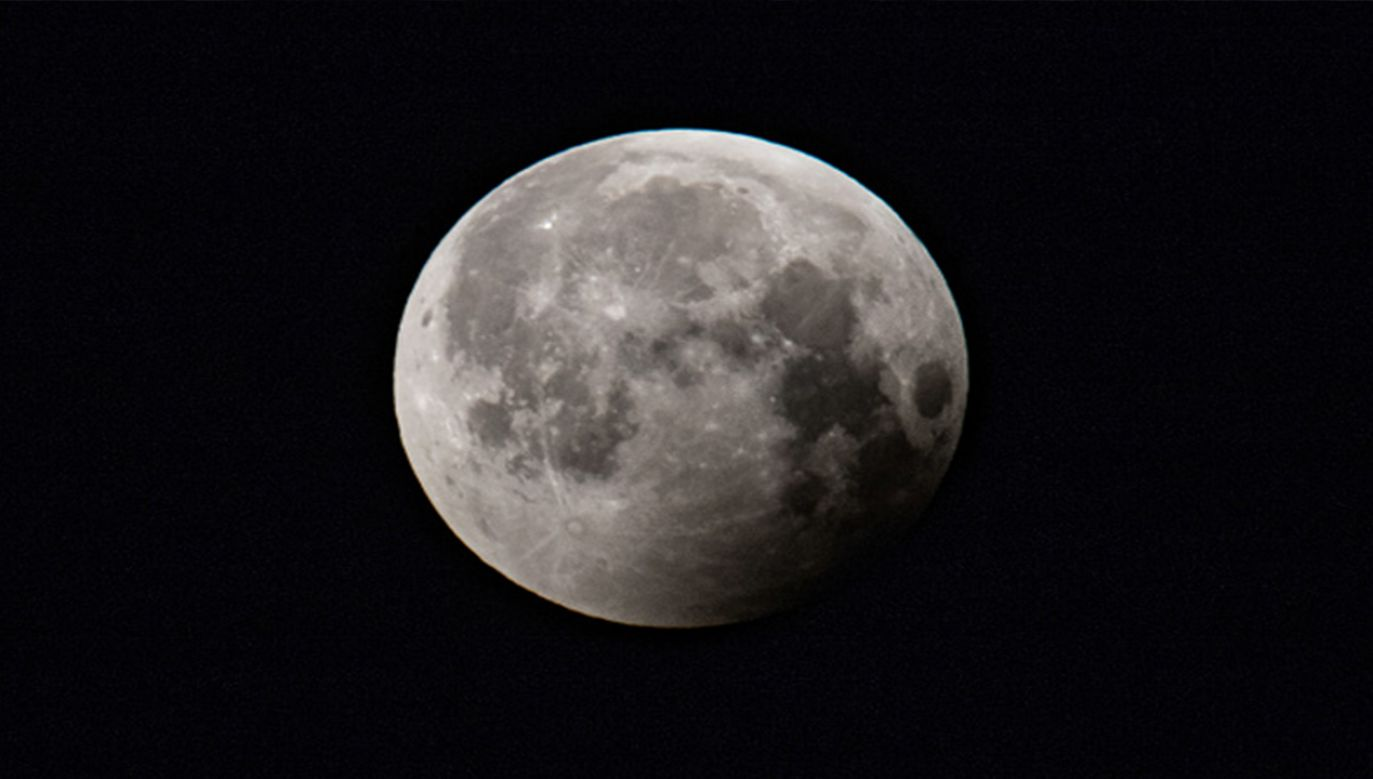Ziemska skała zmieszała się w całość z materiałem księżycowym (fot. Getty Images/NurPhoto)