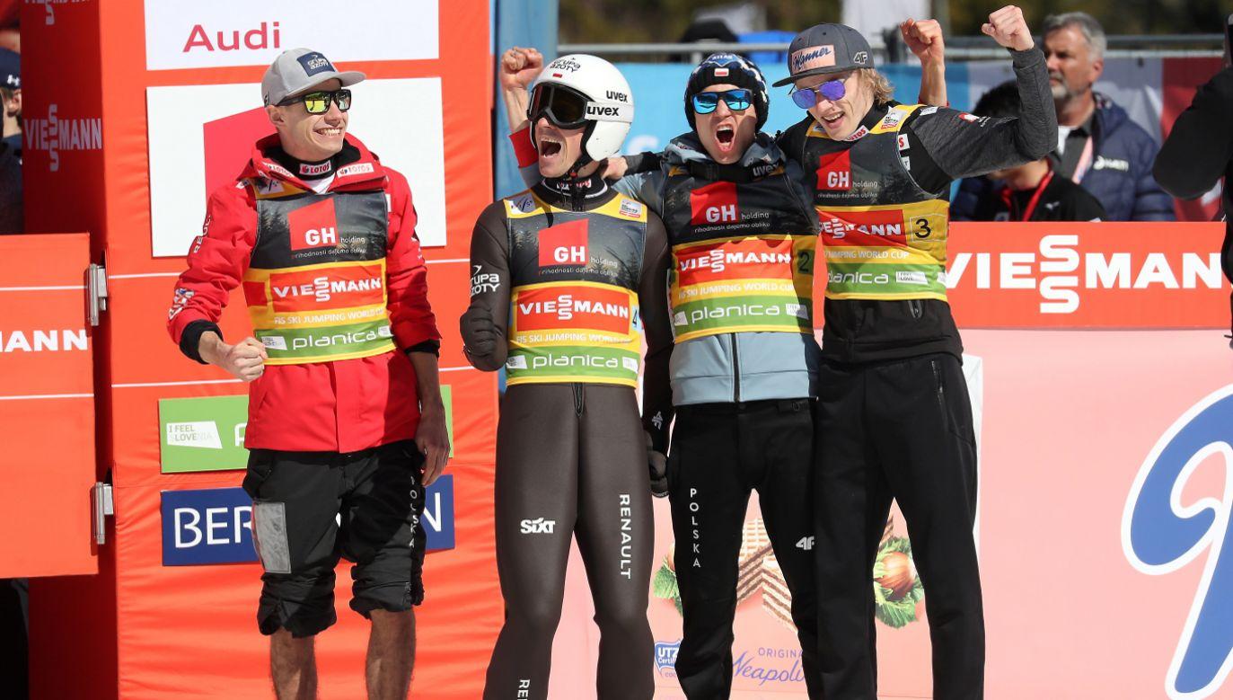 Od lewej: Jakub Wolny, Piotr Żyła, Kamil Stoch i Dawid Kubacki, cieszą się ze zwycięstwa (fot. PAP/Grzegorz Momot)