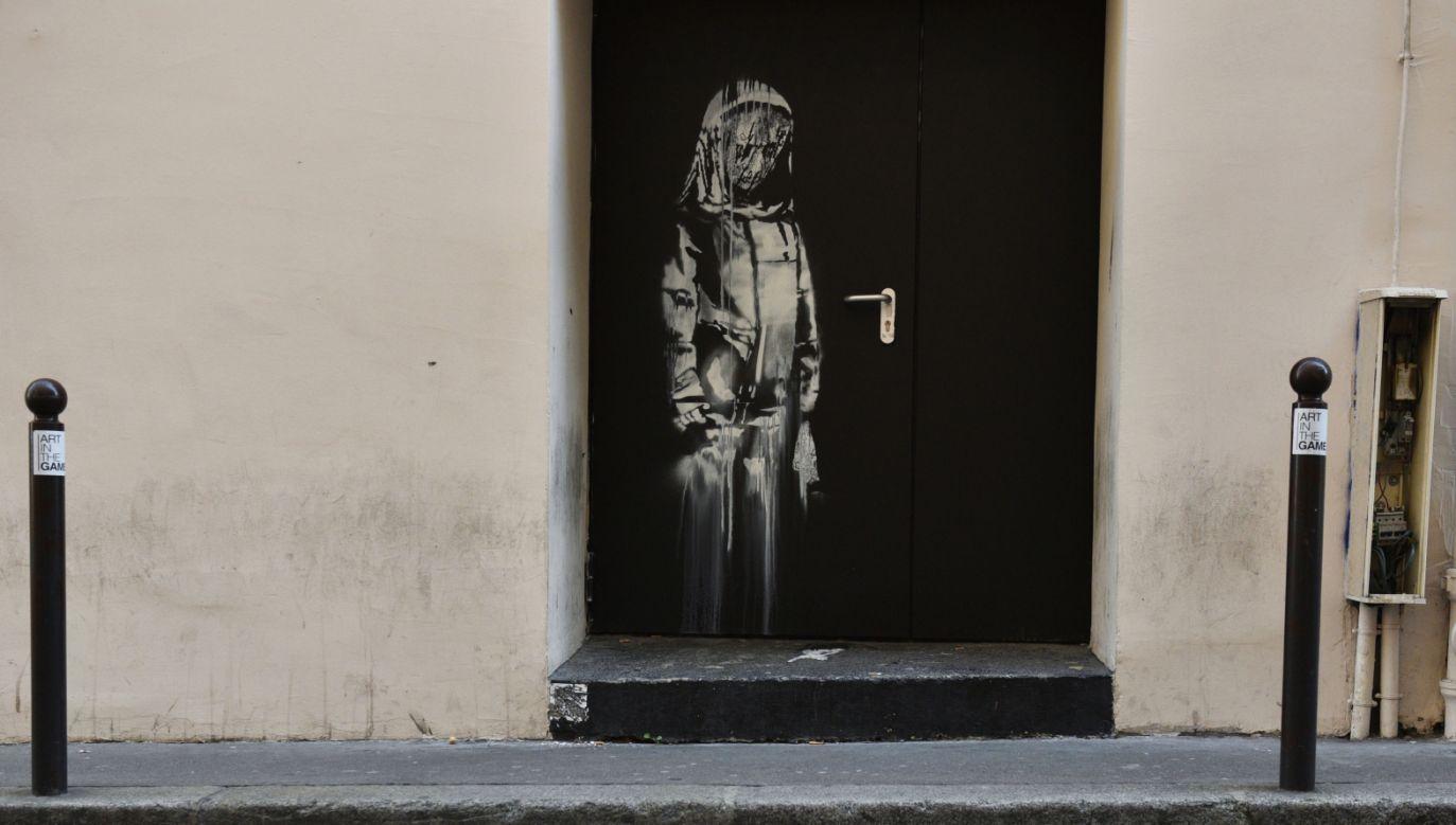 Drzwi z malowidłem zniknęły w nocy z piątku na sobotę. Zostały odcięte od framugi (fot. PAP/EPA/JULIEN DE ROSA)