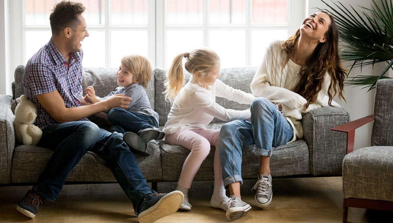 Od 20 lat Polacy oceniają, że osoby z ich towarzystwa najbardziej poświęcają się pracy i życiu rodzinnemu (fot. Shutterstock/fizkes)