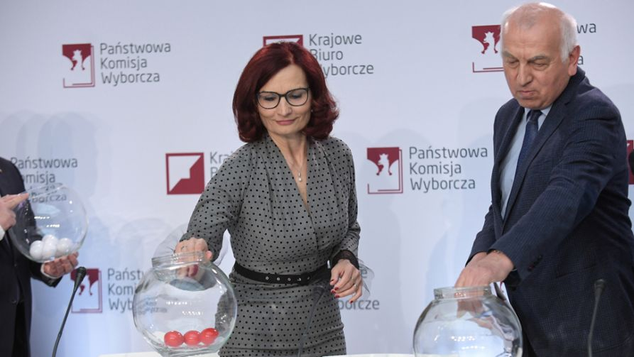W siedzibie PKW odbyło się losowanie numerów list wyborczych komitetów, które zgłosiły listy kandydatów do PE (fot. PAP/Marcin Obara)