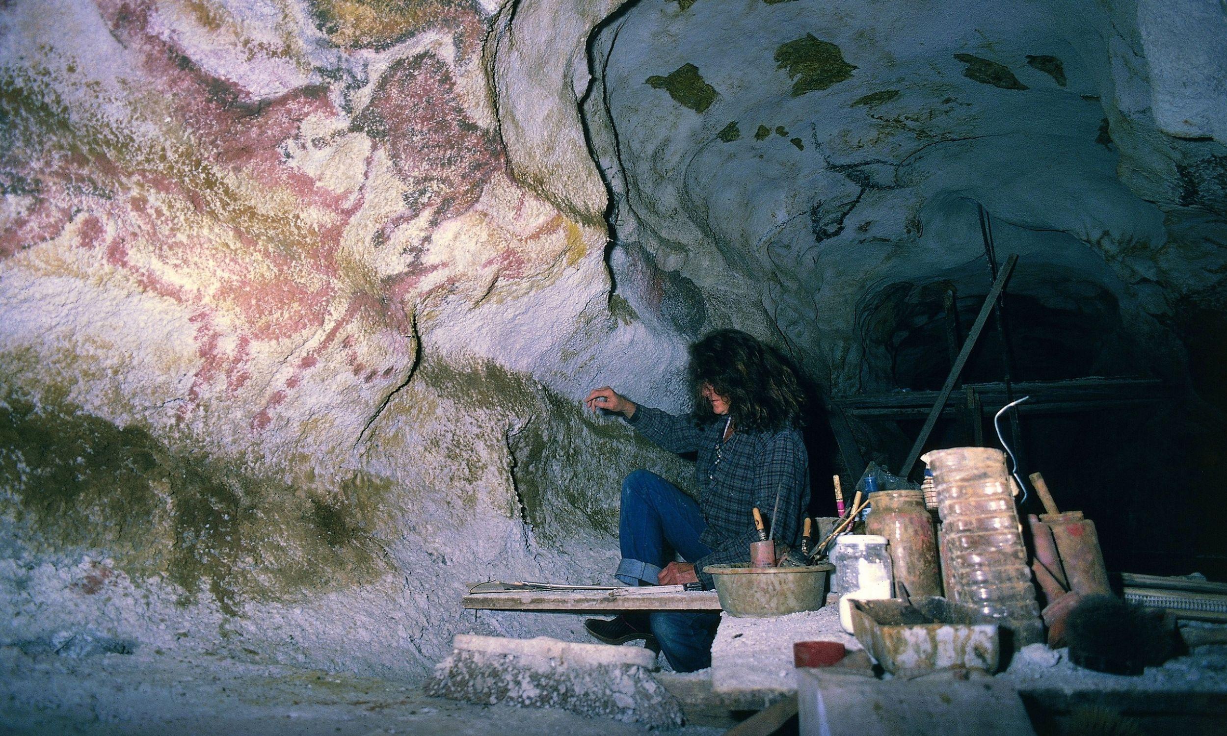Prace konserwatorskie w grocie Lascaux. Jaskinię zamknięto dla turystów w 1963 roku, 20 lat później udostępniono zwiedzającym jej wierną kopię. Ostatnio do groty wstęp ma też tylko kilku naukowców i zaledwie dwa razy w miesiącu. Mimo to oryginalne malowidła niszczeją na skutek działania pary wodnej i dwutlenku węgla. Na ścianach pojawił się grzyb, rysunki zaczęły pokrywać się ciemnymi plamami. Fot. DEA / C. SAPPA / De Agostini / Getty Images