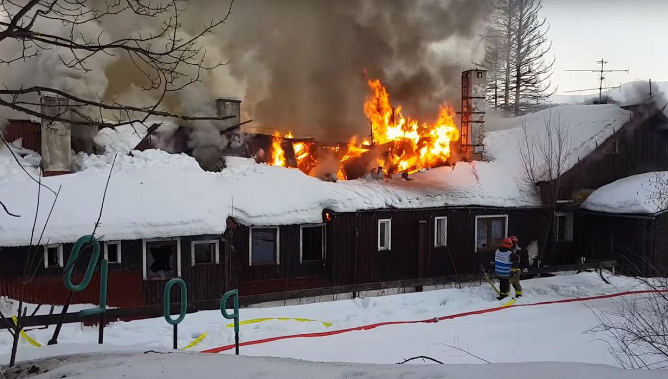"""W Szklarskiej Porębie doszło do pożaru dawnego pensjonatu """"Polon"""" (fot, źródło: YouTube/jelenia.tv)"""