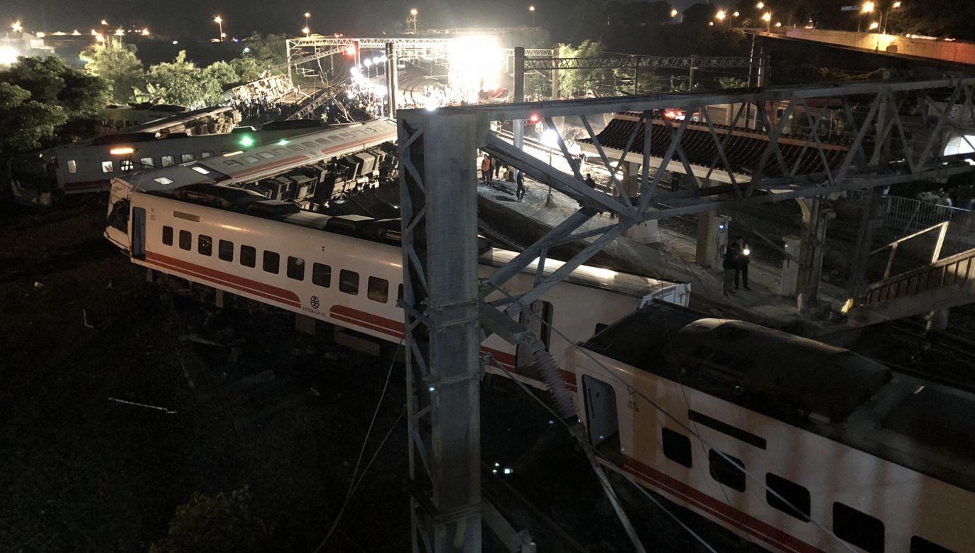 Ratownicy starają się dotrzeć do rannych uwięzionych w pociągu (fot. PAP/EPA/TAIWAN RAILWAY ADMINISTRATION/HANDOUT)