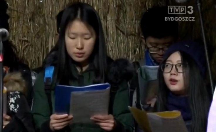 Studenci z Chin kolędują po polsku