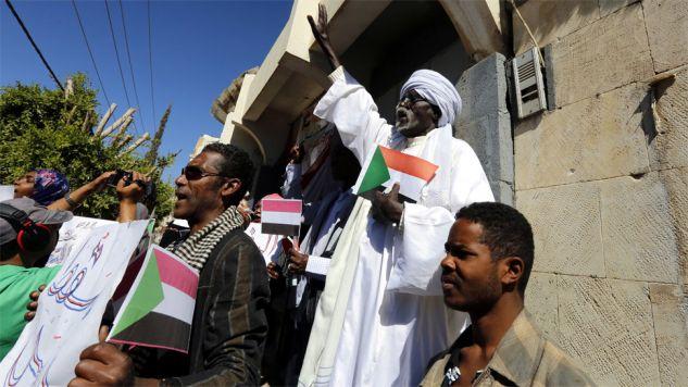 Demonstranci domagają się ustąpienia prezydenta Omara Hasana Ahmeda el-Baszira (fot. PAP/EPA/YAHYA ARHAB)
